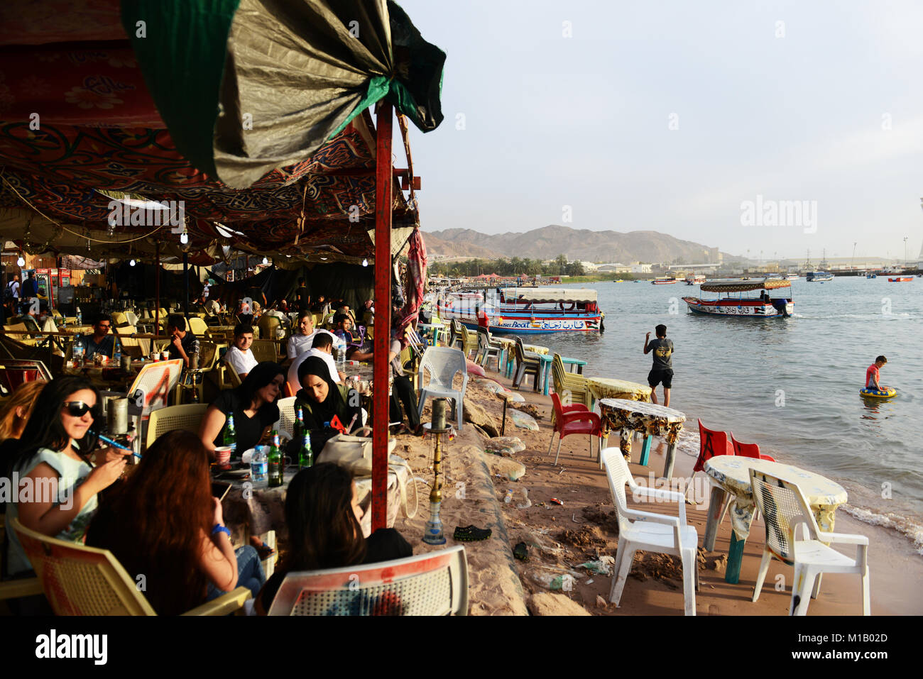 Busy cafes on the beach in Aqaba, Jordan. - Stock Image