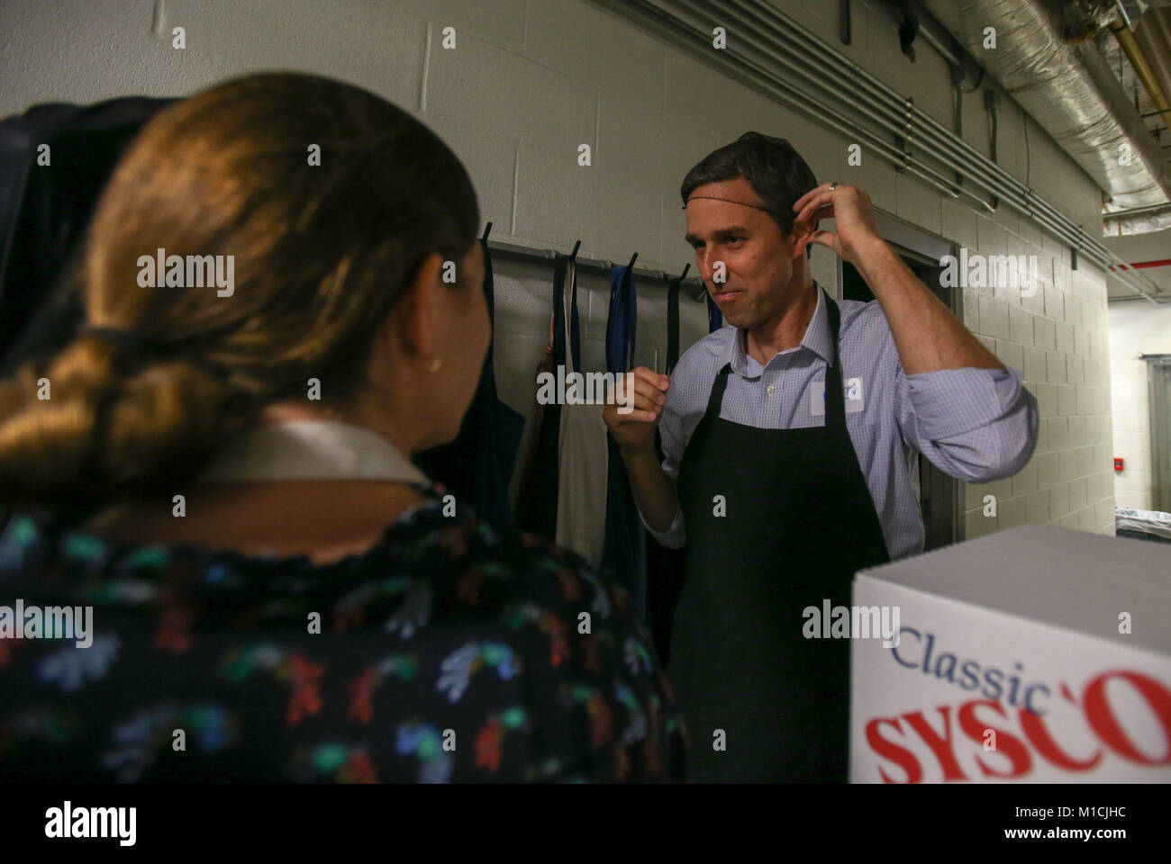 Houston, Texas, USA. 28th January, 2018. Beto O'Rourke, D-Texas prepares to serve at The Beacon homeless shelter Stock Photo