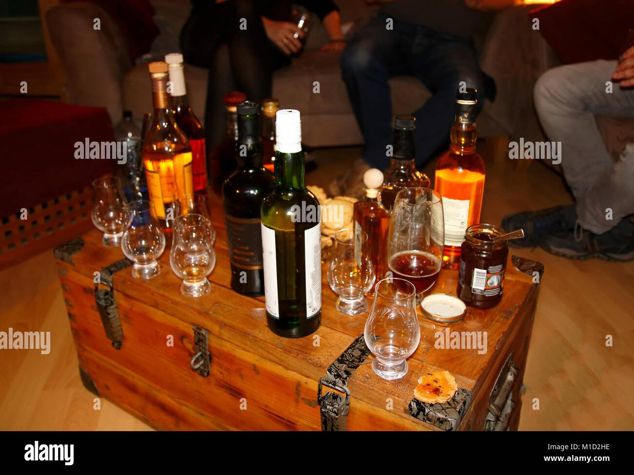 Whisky Probe, Test Party, Flaschen und Gläser - Stock Image