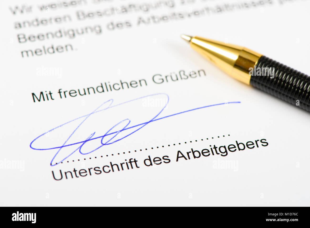 Kündigung des Arbeitsverhältnisses mit Unterschrift des Arbeitgebers Stock Photo