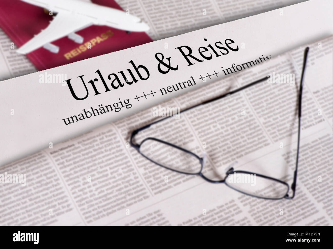 Tageszeitung mit Überschrift Urlaub & Reise - Stock Image