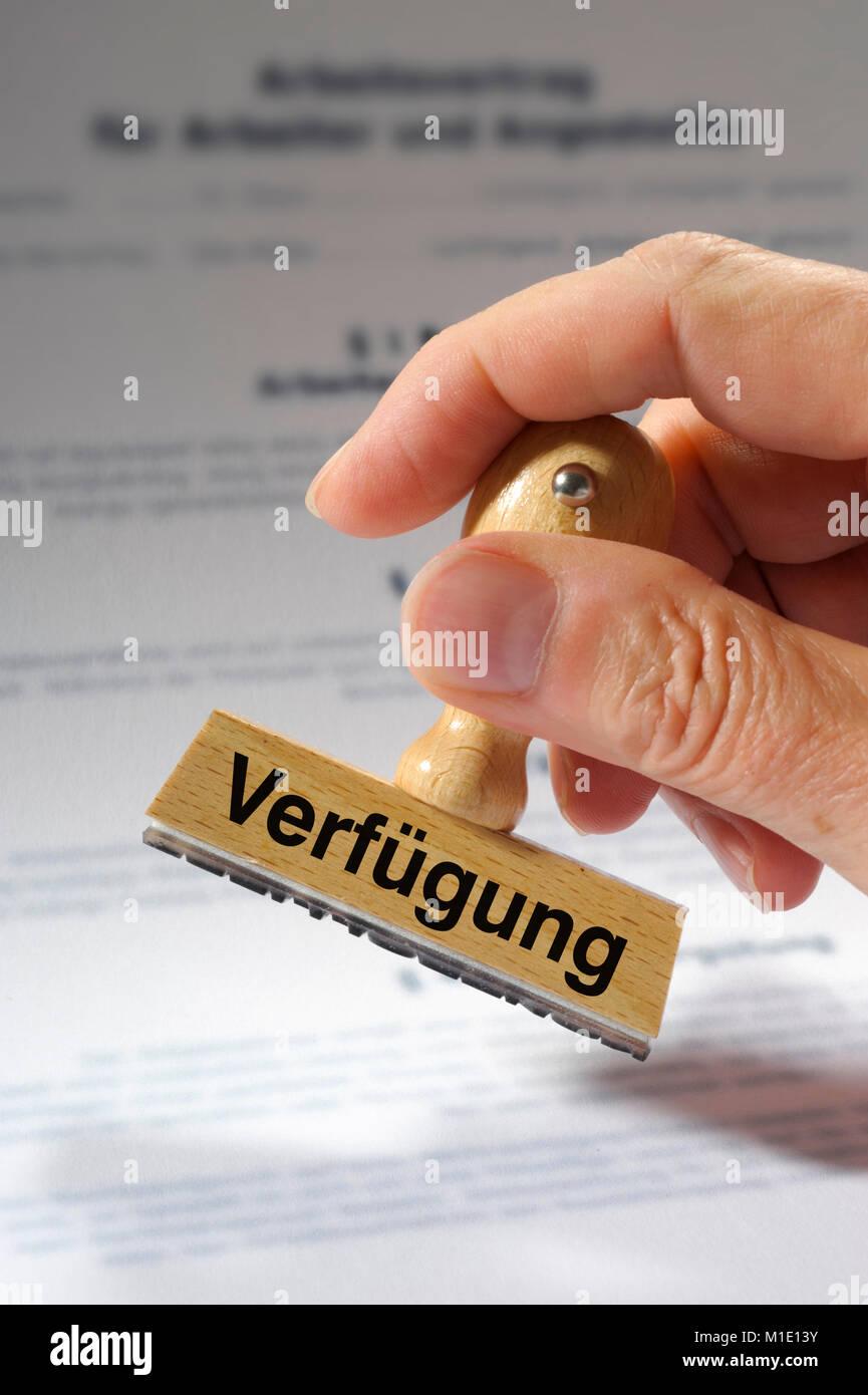 Stempel in Hand beschriftet mit Verfügung - Stock Image