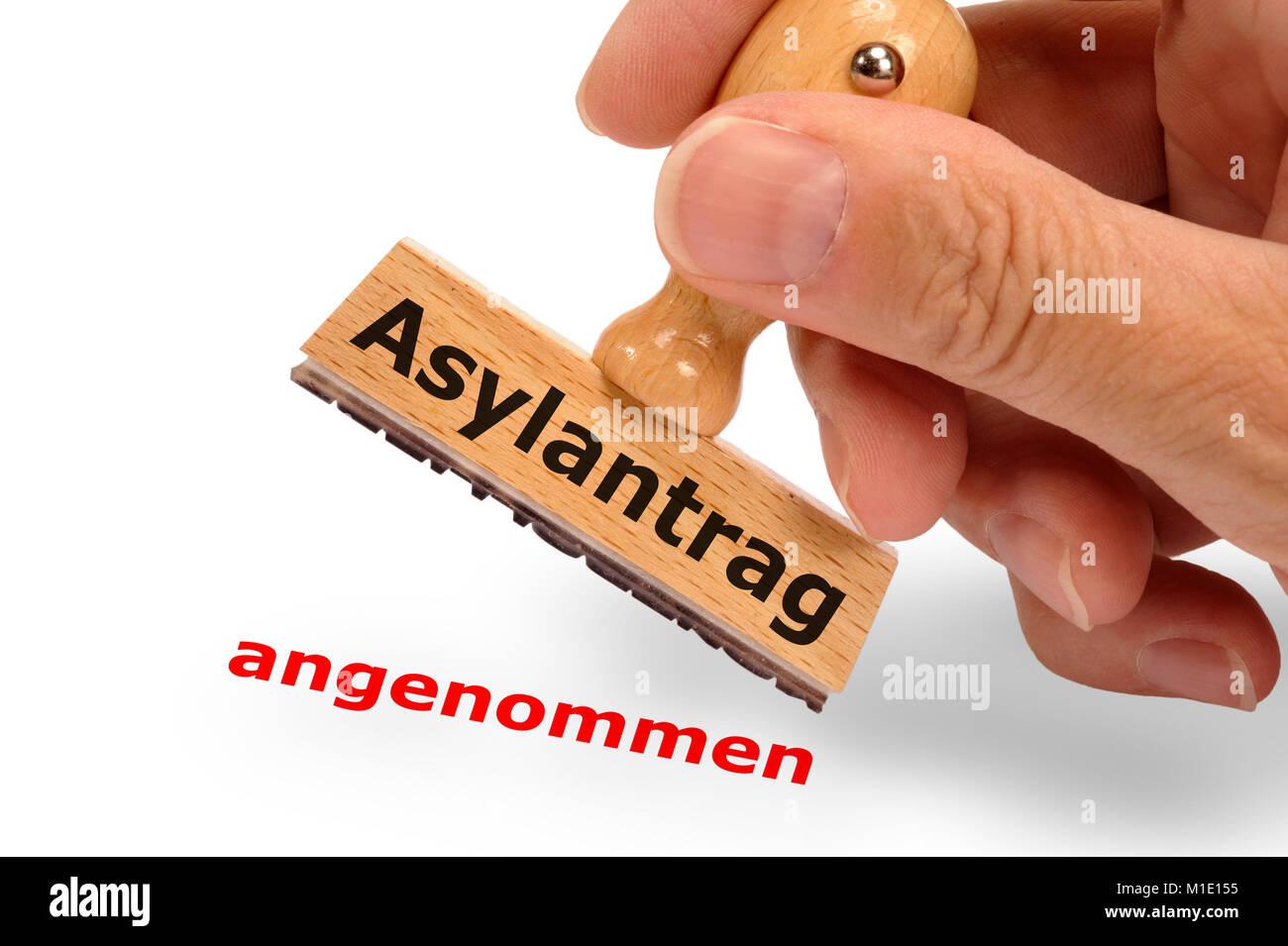 Asylantrag angenommen - markiert auf Holzstempel - Stock Image
