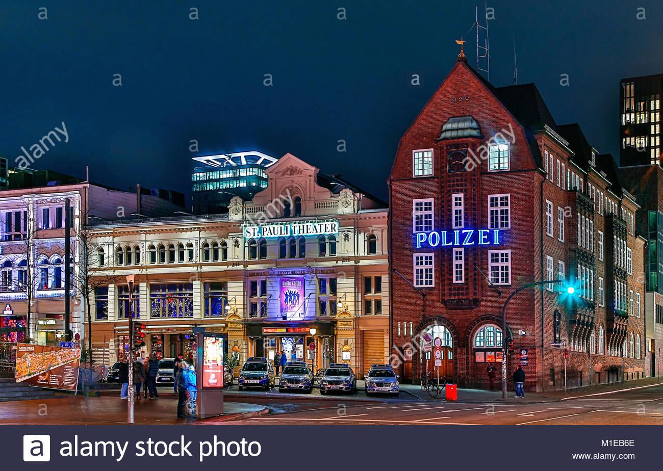 Die Hamburger Reeperbahn mit dem bekannten St. Pauli Theater und das Polizeirevier Davidwache, Sitz des Hamburger - Stock Image