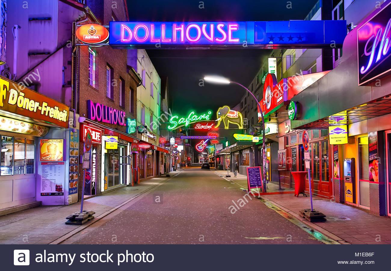 Die Grosse Freiheit in Hamburg St. Pauli menschenleer im Dunkeln illuminiert durch die Leuchtreklame mit Dollhouse, - Stock Image