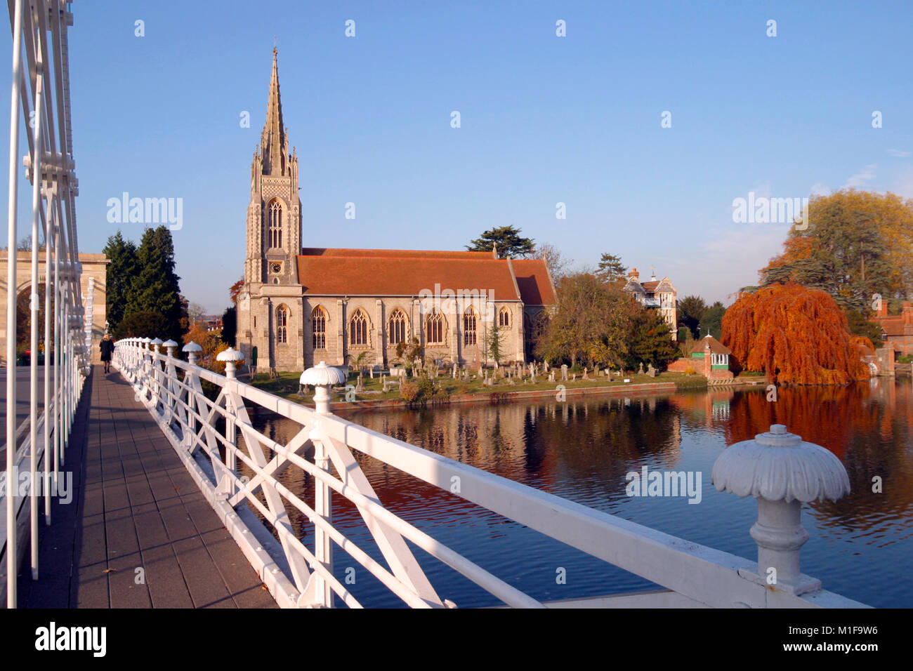 England, Chilterns, Buckinghamshire, the church and historic suspension bridge over the River Thames at Marlow - Stock Image