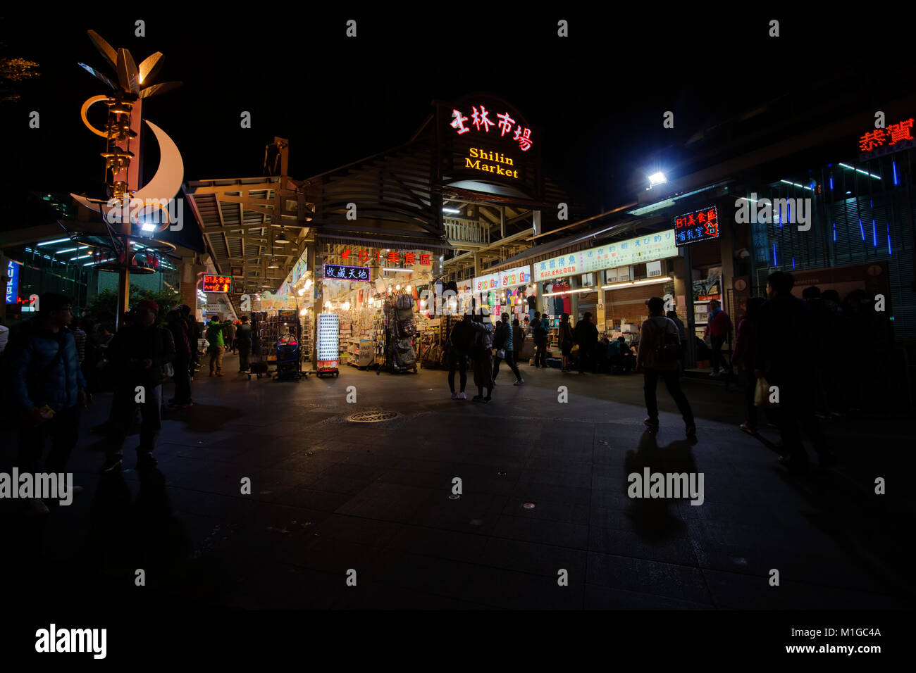 Feb. 6, 2017, Taipei: Taipei residents visit the Shilin Night Market in Taipei, one of the city's best known - Stock Image