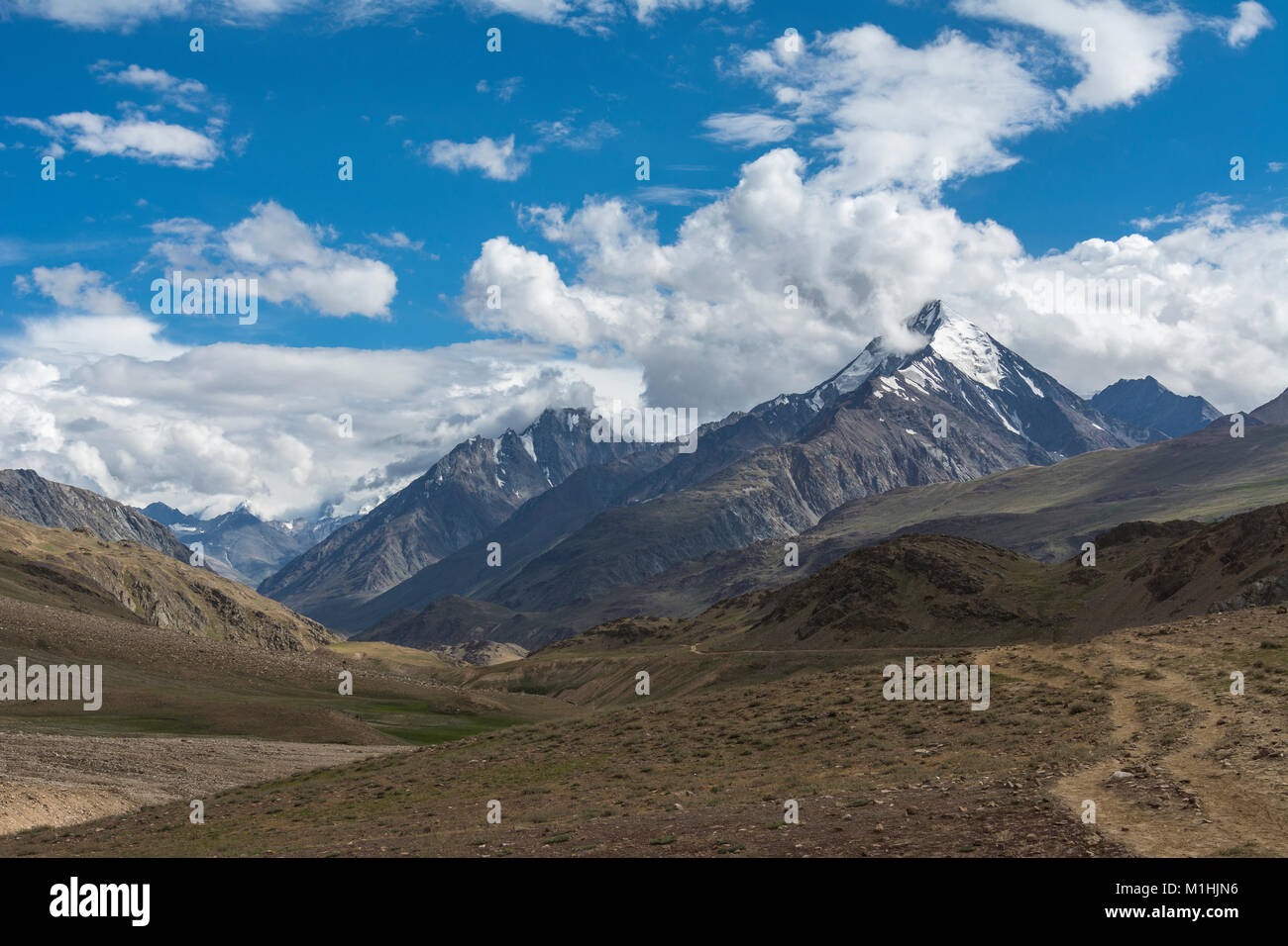Snow capped mountains near Chandra Taal - Stock Image