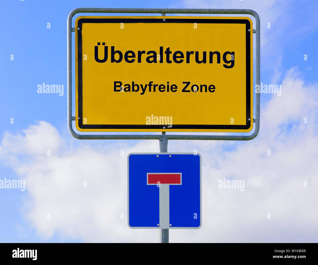 Überalterung in der Babyfreien Zone auf Ortsschild - Stock Image