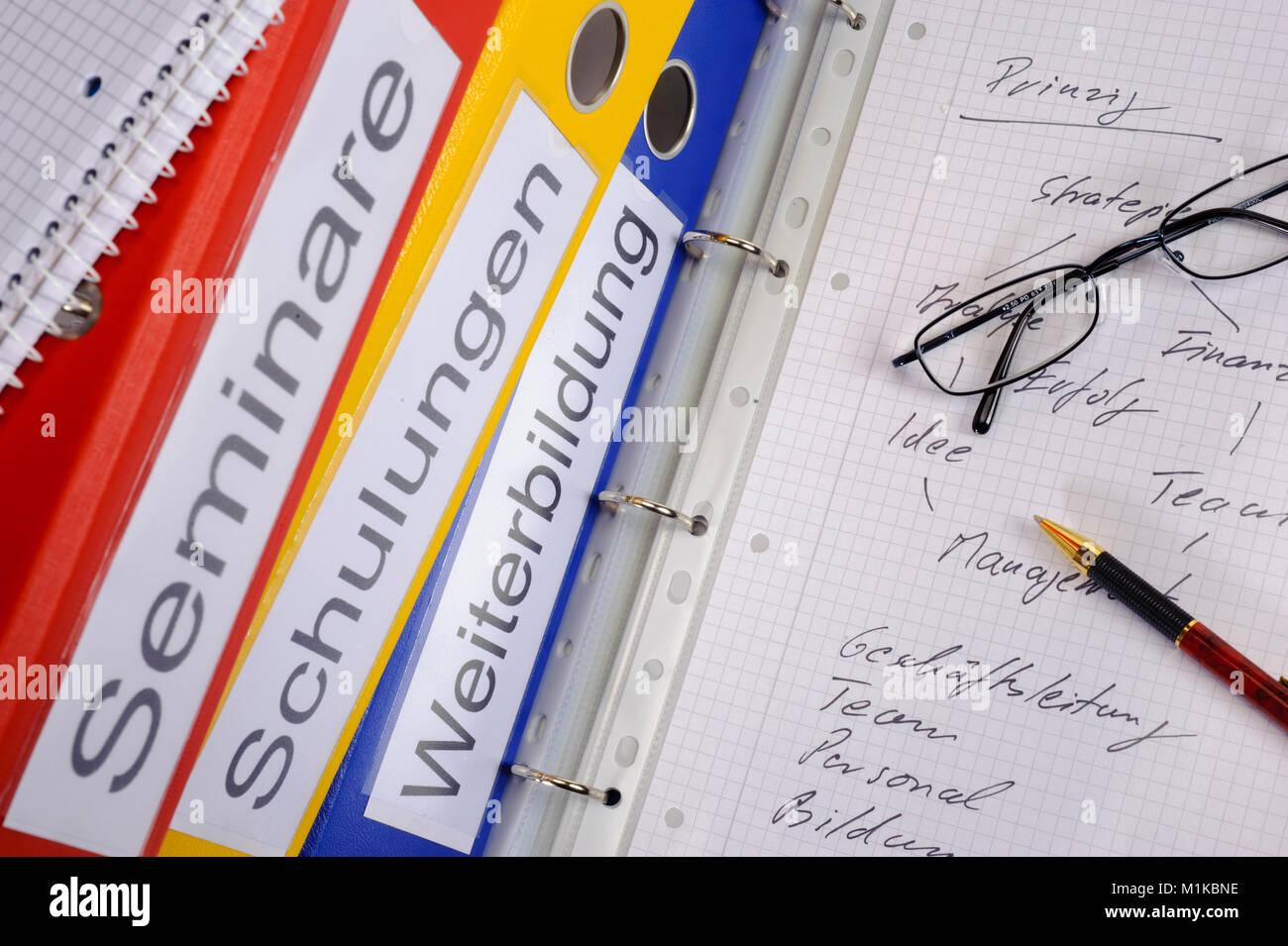 Stapel mit Aktenordner, markiert mit Seminare, Schulungen und Weiterbildung - Stock Image