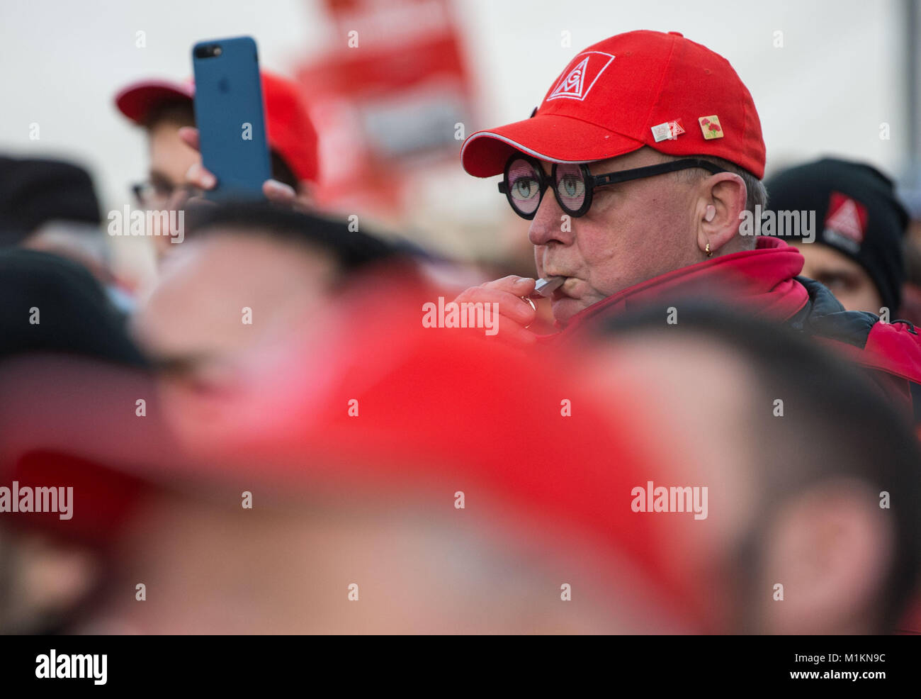 Munich, Germany. 31st Jan, 2018. Union members of IG Metall on strike stand on the premises of 'MAN' in - Stock Image