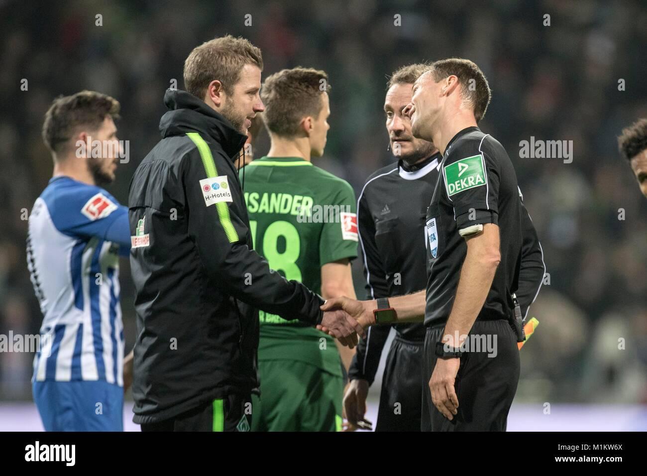 Bremen, Deutschland. 27th Jan, 2018. coach Florian KOHLFELDT (HB, l. vorn) gives referee Bastian DANKERT (GER, r.) - Stock Image