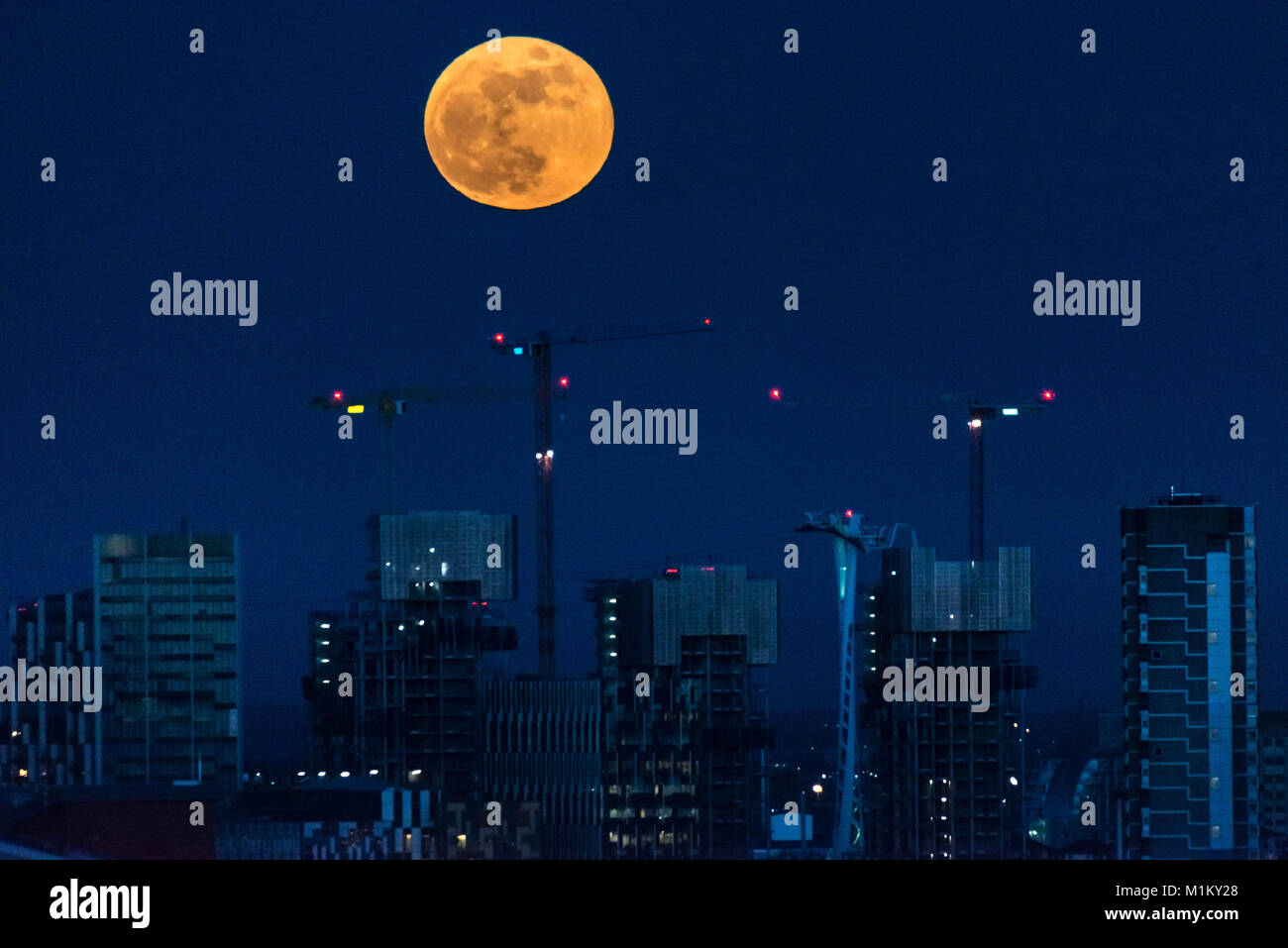 London, UK. 31st January, 2018. Super Blue Blood Moon rises over east London. © Guy Corbishley/Alamy Live News - Stock Image