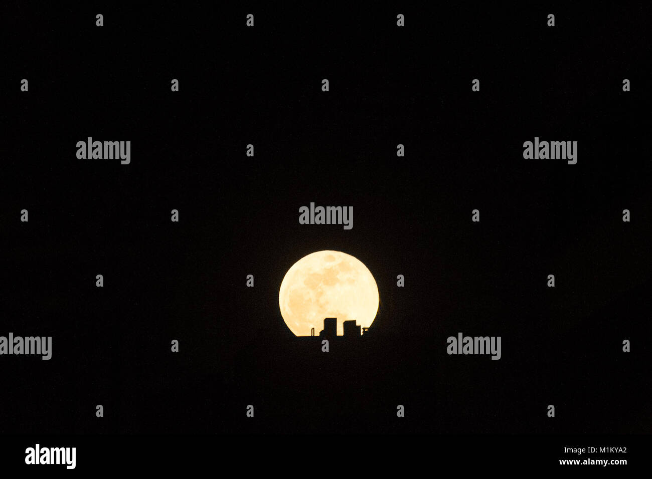 Madrid, Spain. Jan 31st, 2018. Super blue moon rising over a roof in Madrid, Spain. Credit: Marcos del Mazo/Alamy - Stock Image