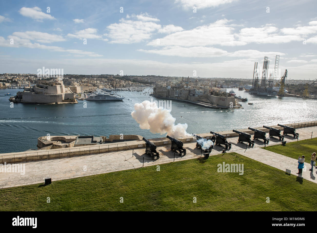 Valletta, Malta. 19th Jan, 2018. Cannons shoot at 12 o'clock during noon at the harbour in Valletta, Malta, - Stock Image