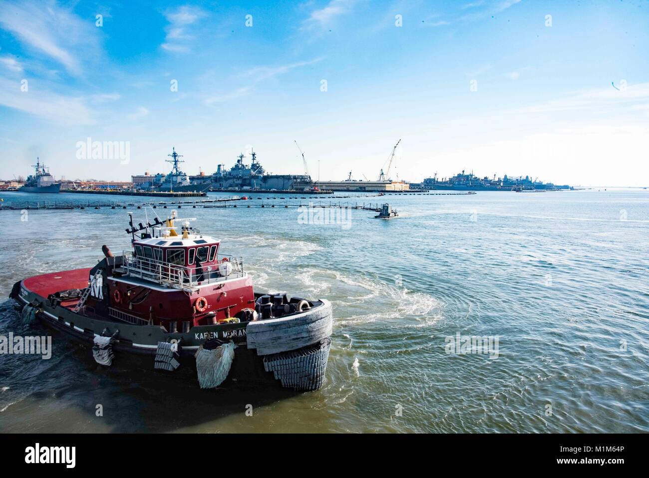 180126-N-LN243-121 NORFOLK (Jan. 25, 2018) Tugboats return to Norfolk Naval Station after assisting the Nimitz class - Stock Image
