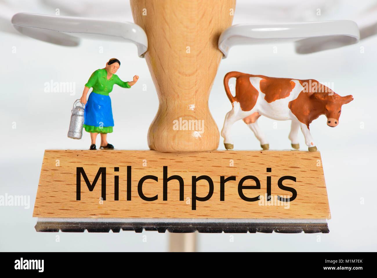 Milchpreis auf Holzstempel mit Bäuerin und Milchkuh Stock Photo