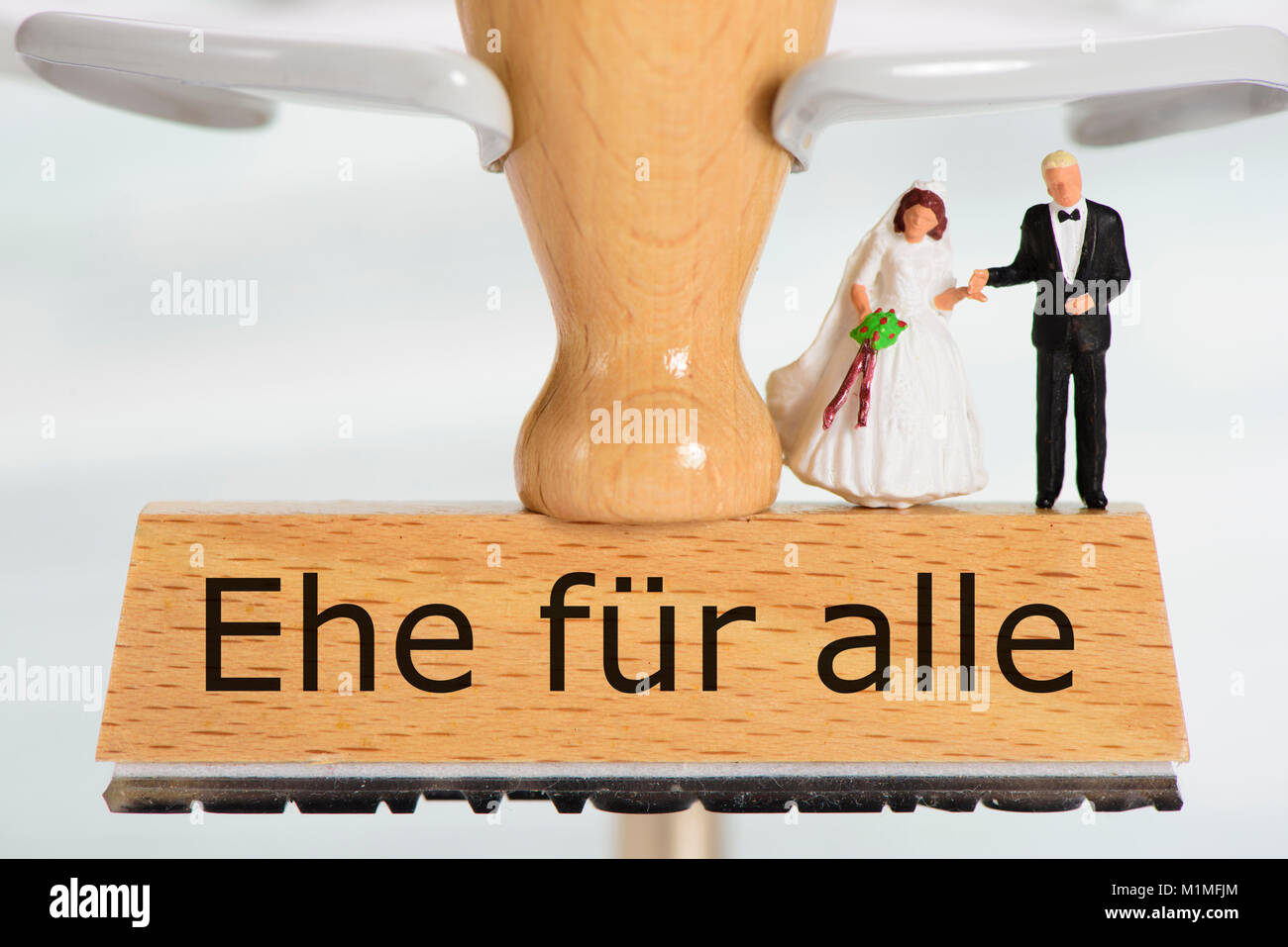 Ehe für alle gedruckt auf Holzstempel mit Hochzeitspaar - Stock Image