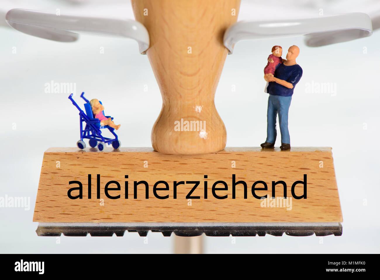 alleinerziehend gedruckt auf Holzstempel mit Vater und Kind Stock Photo