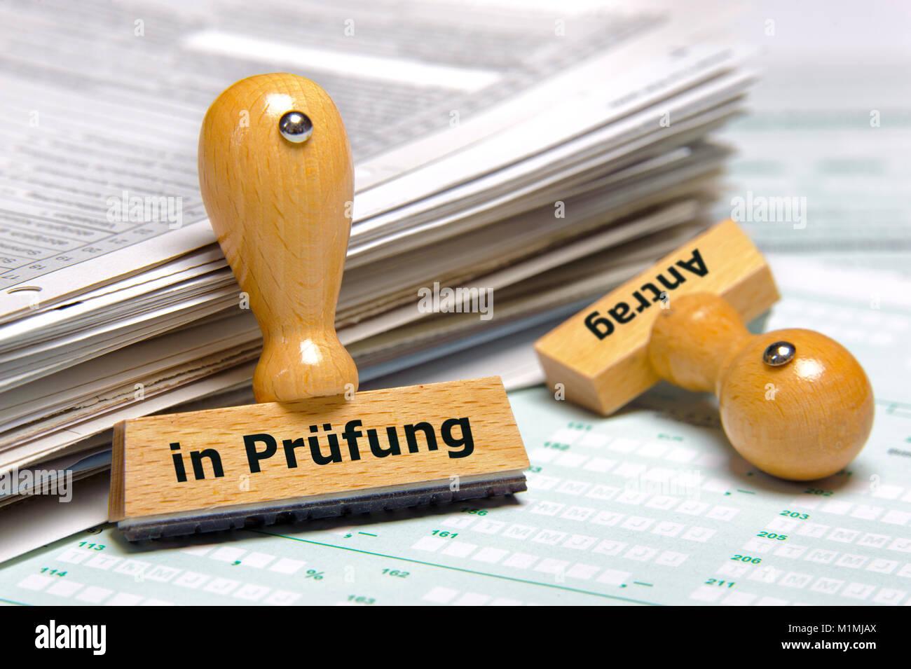 Antrag in Prüfung markiert auf Stempel - Stock Image