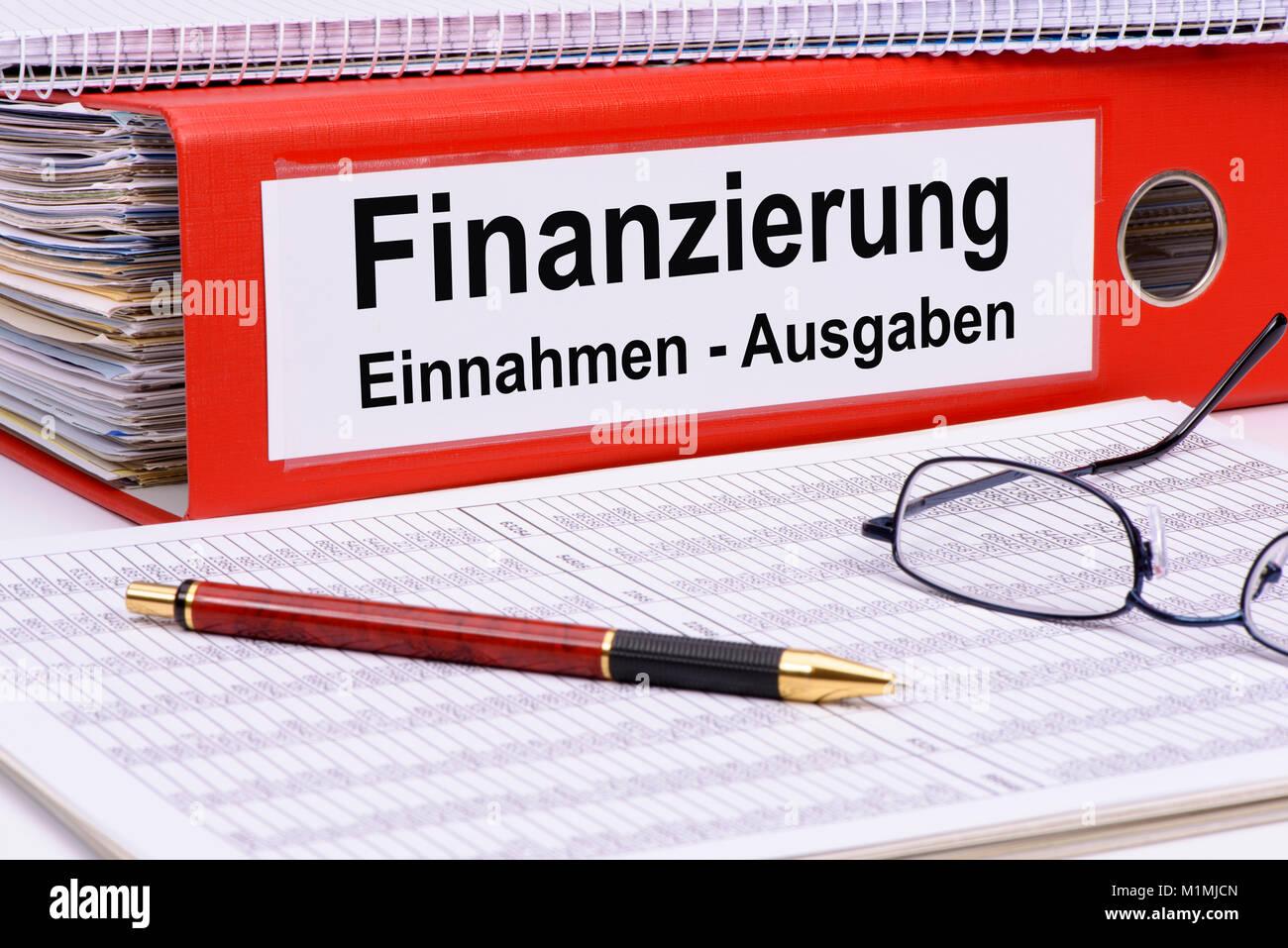 Finanzierung mit Einnahmen und Ausgaben Stock Photo