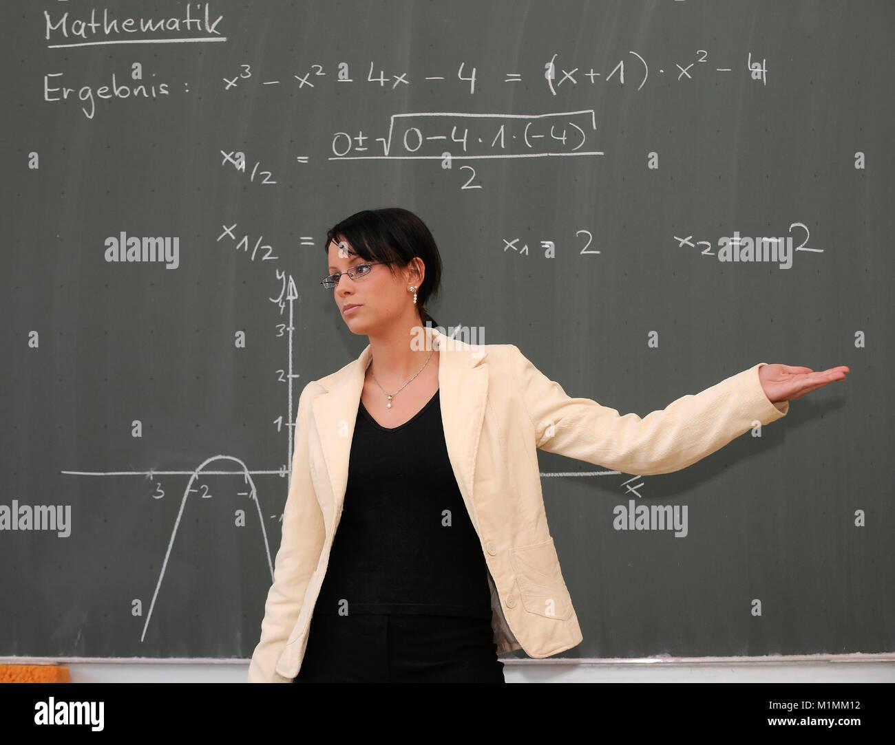 School Teacher gives lessons MR, Schule - Lehrerin gibt Unterricht MR Stock Photo
