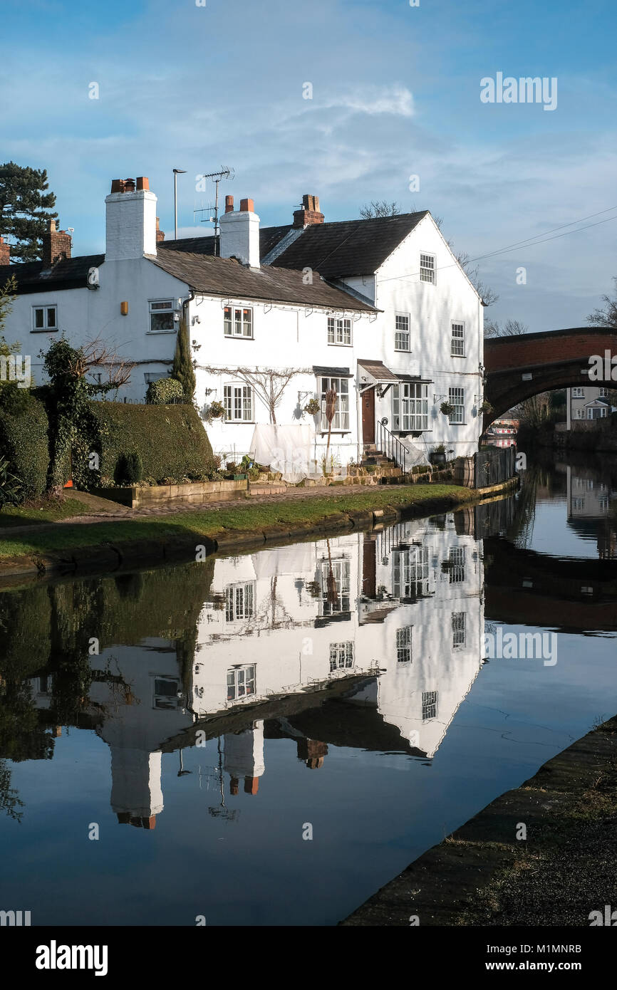 Canalside cottage in the picturesque Cheshire village of Lymm, south of Manchester - Stock Image