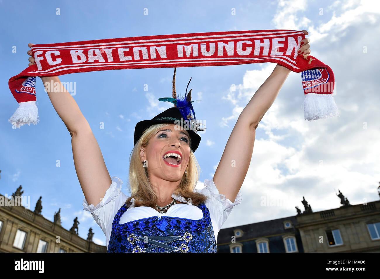 junge Frau mit Dirnd und Trachtenhutl, FC Bayern Fanschal, weiblicher Fan, Deutschland - Stock Image