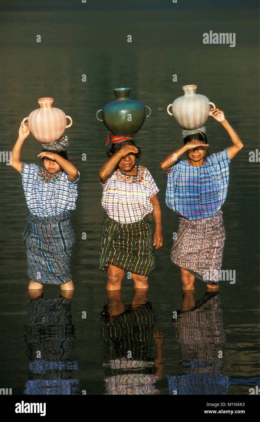 Guatemala. Santiago de Atitlšn. Lago de Atitlan. Maya women carrying water from lake. - Stock Image
