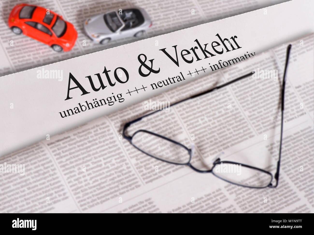 Tageszeitung mit Überschrift Auto & Verkehr - Stock Image