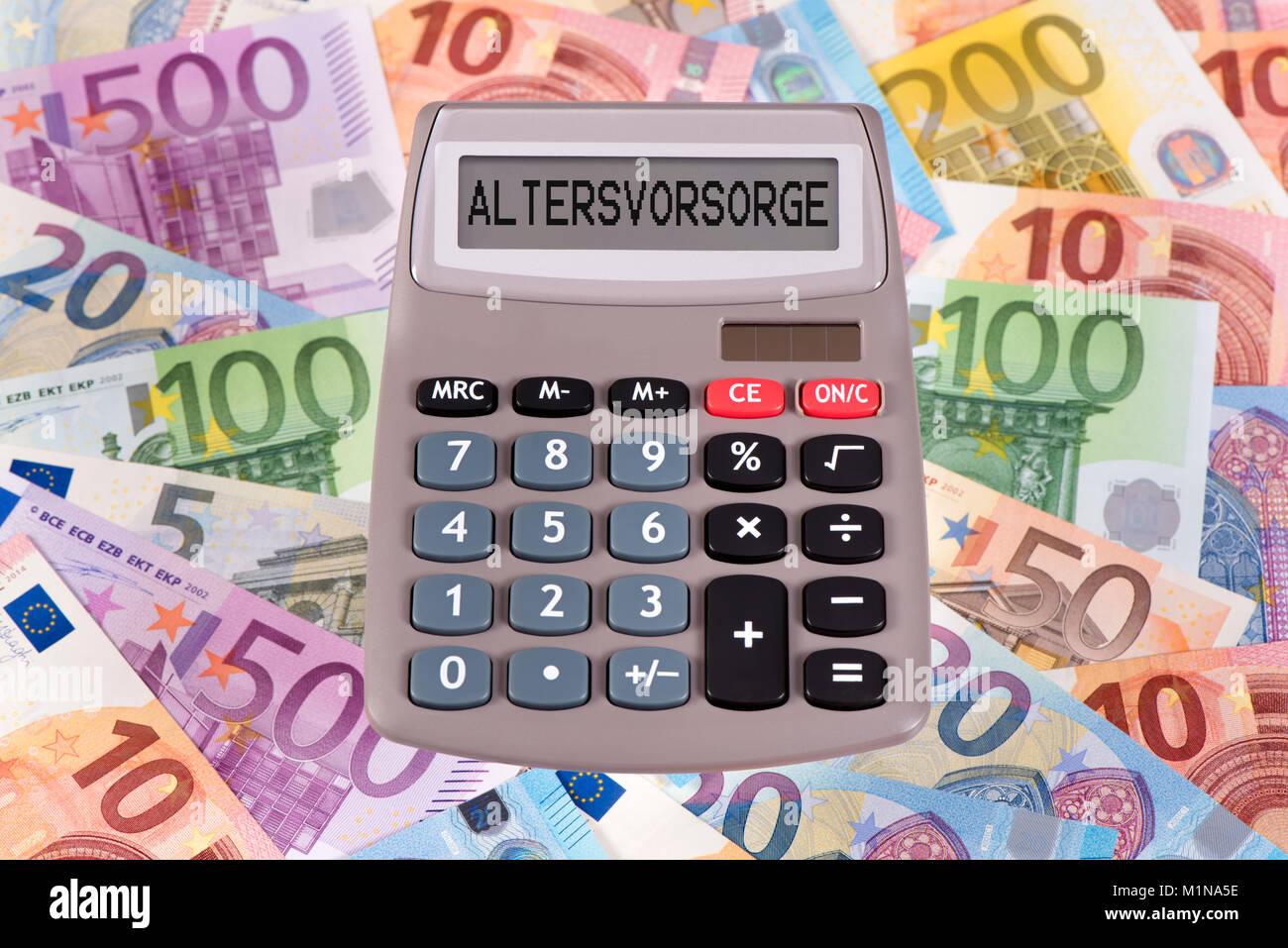 Viele Geldscheine mit Taschenrechner als Altersvorsorge Stock Photo