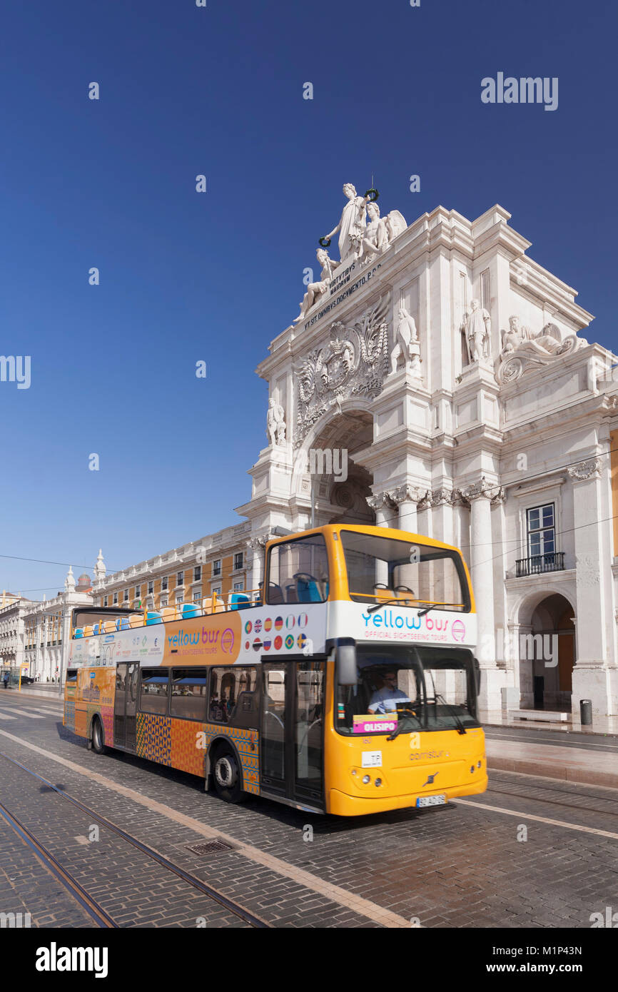 Sightseeing bus, Arco da Rua Augusta triumphal arch, Praca do Comercio, Baixa, Lisbon, Portugal, Europe - Stock Image