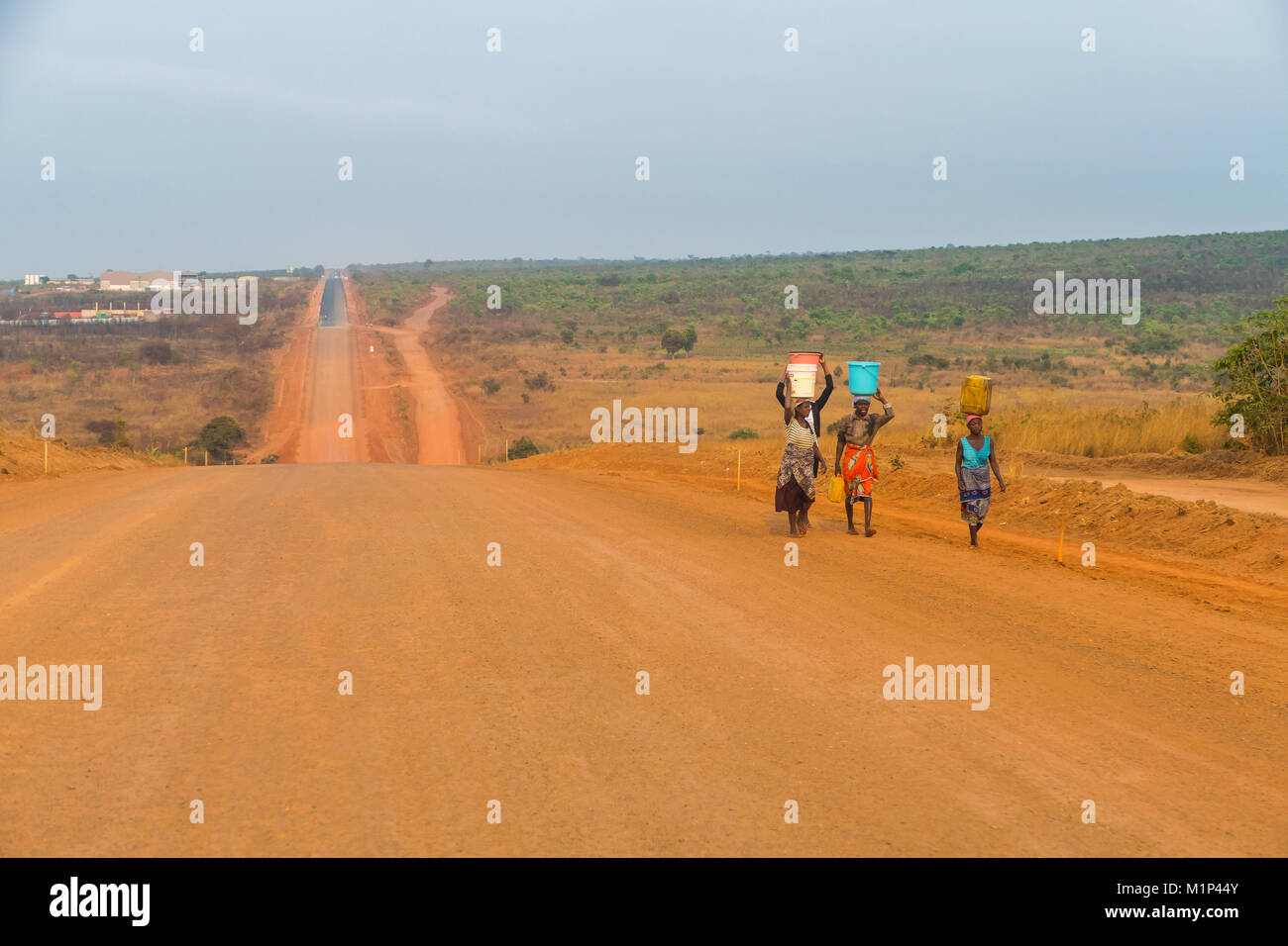 Local women carrying water, Malanje province, Angola, Africa - Stock Image