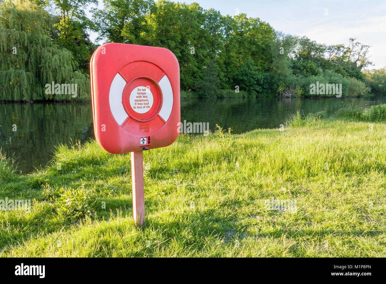 Lifebuoy, lifesaver or lifebelt on riverbank at Pangbourne on the River Thames in Berkshire, England, GB, UK - Stock Image
