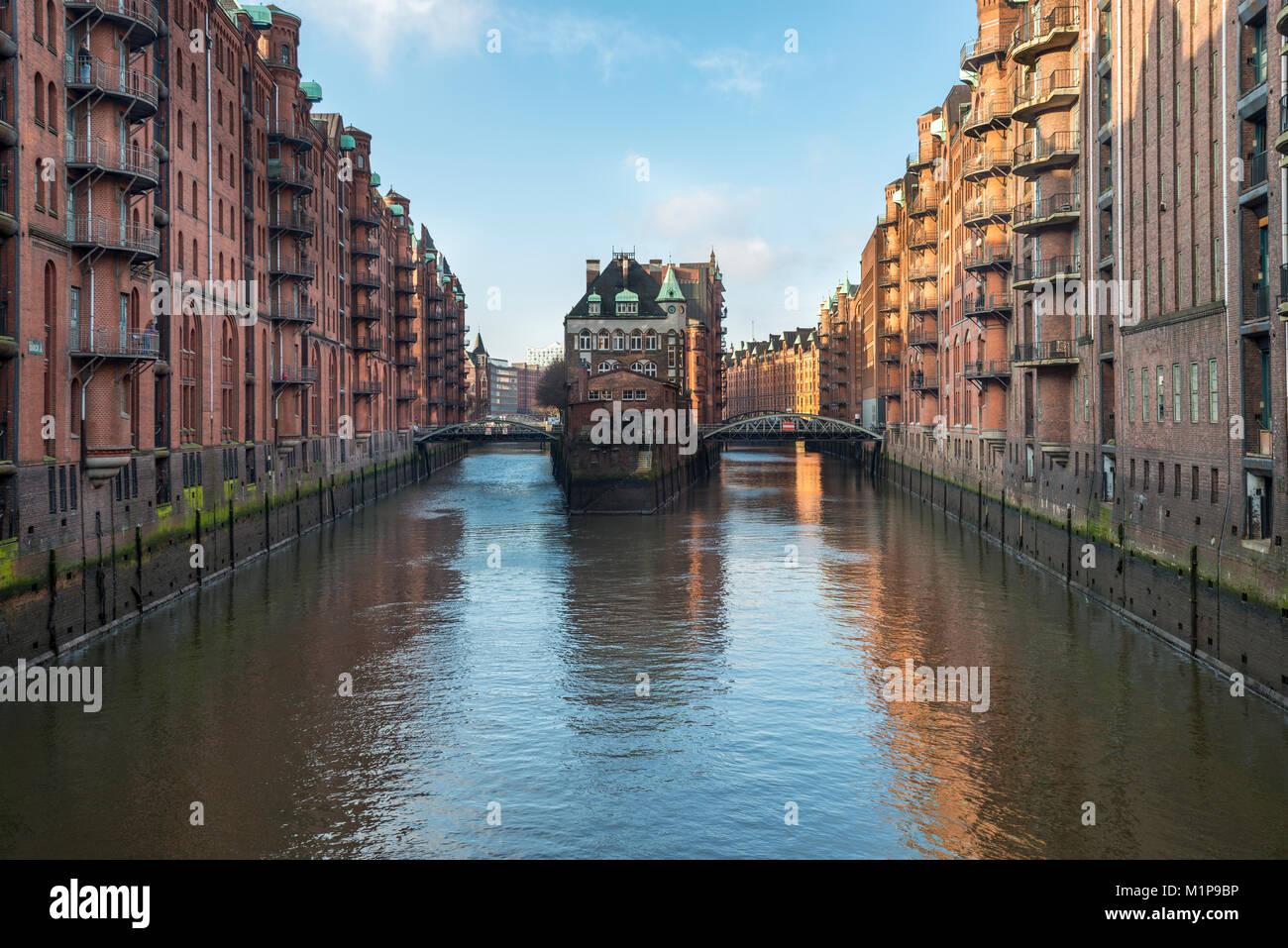 Poggenmühlenbrücke  und Wasserschloss in der Speicherstadt, Hamburg Stock Photo