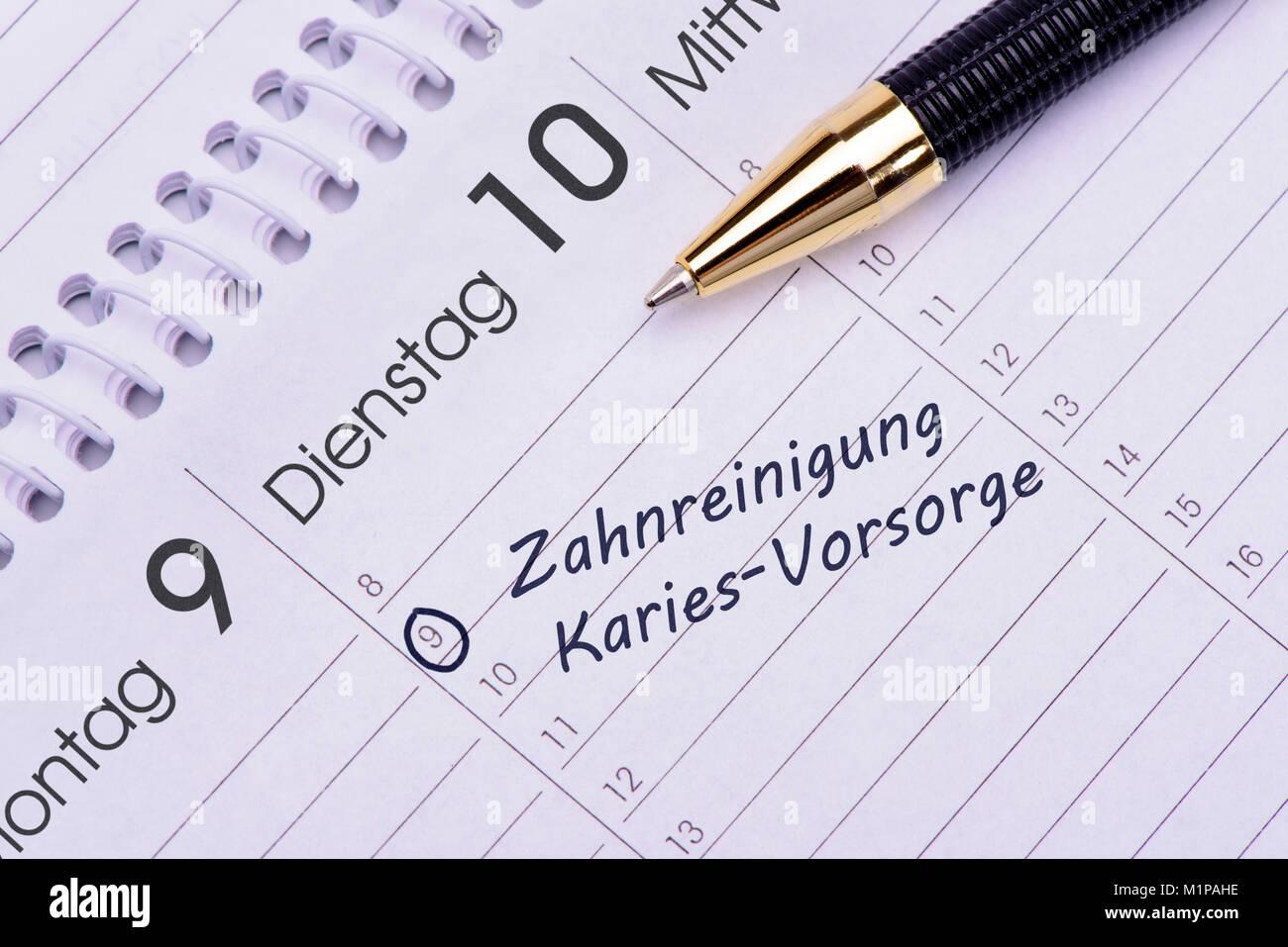 Zahnreinigung und Karies-Vorsorge als Eintrag im Terminkalender Stock Photo