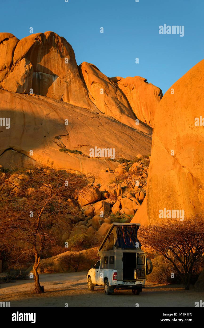 Campers, Spitzkoppe, erongo, Damaraland, Namibia 4WD campervan, Spitzkoppe, erongo, Damaraland, Namibia, Camper, - Stock Image