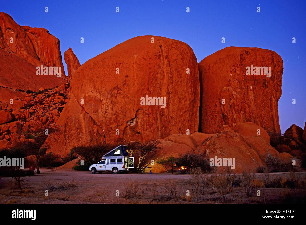 Campers at night, Spitzkoppe, erongo, Damaraland, Namibia 4WD camper at night, Spitzkoppe, erongo, Damaraland, Namibia, - Stock Image