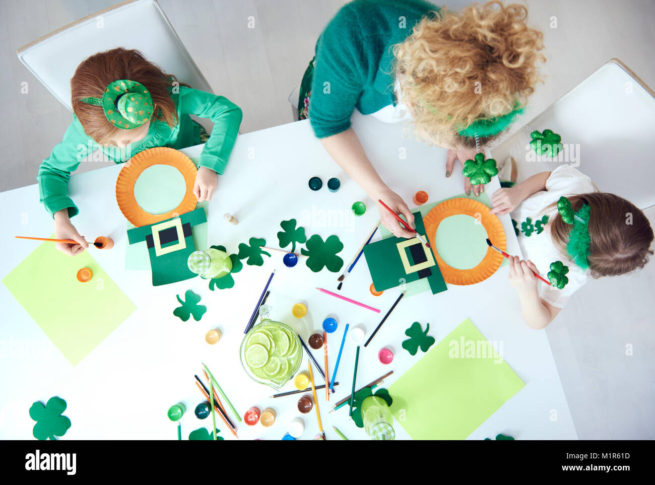 Family preparing decorations for Saint Patrick's Day - Stock Image