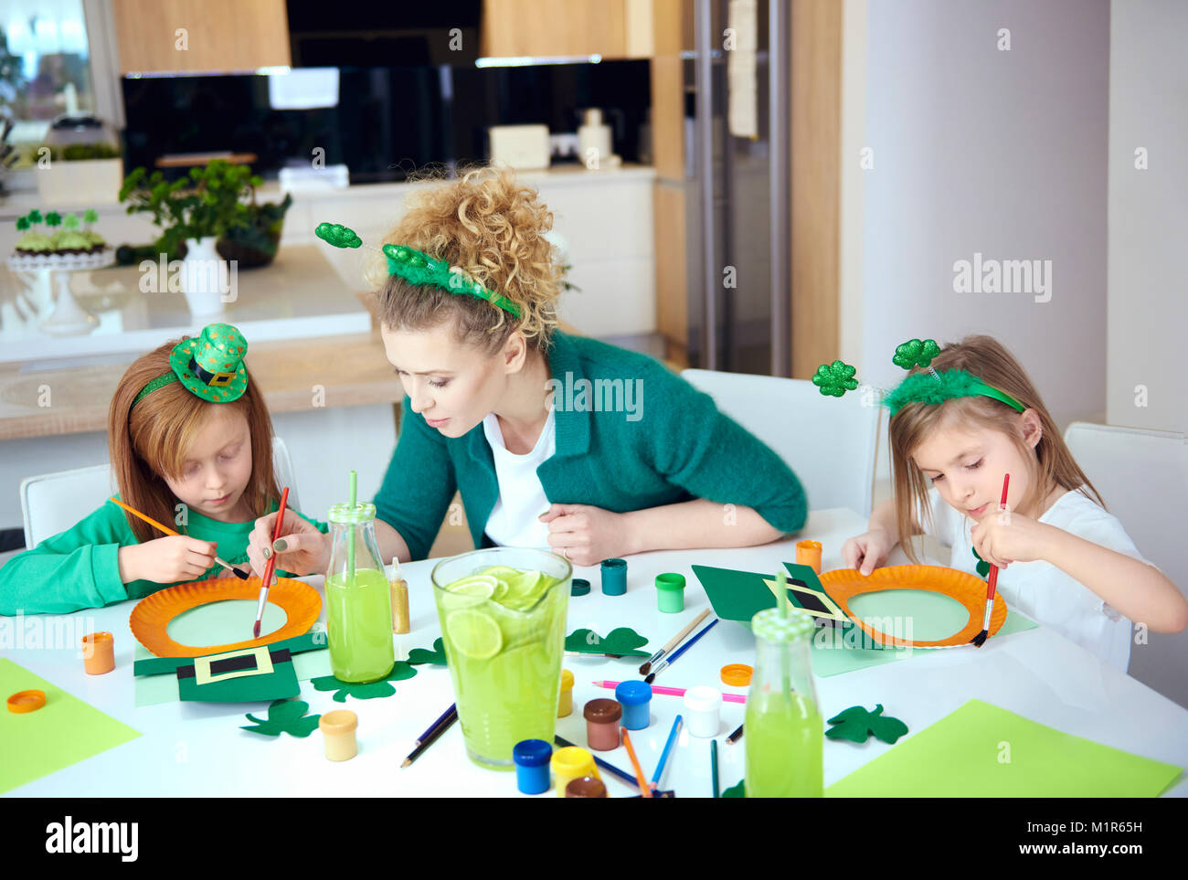 Children with mother doing decorations - Stock Image