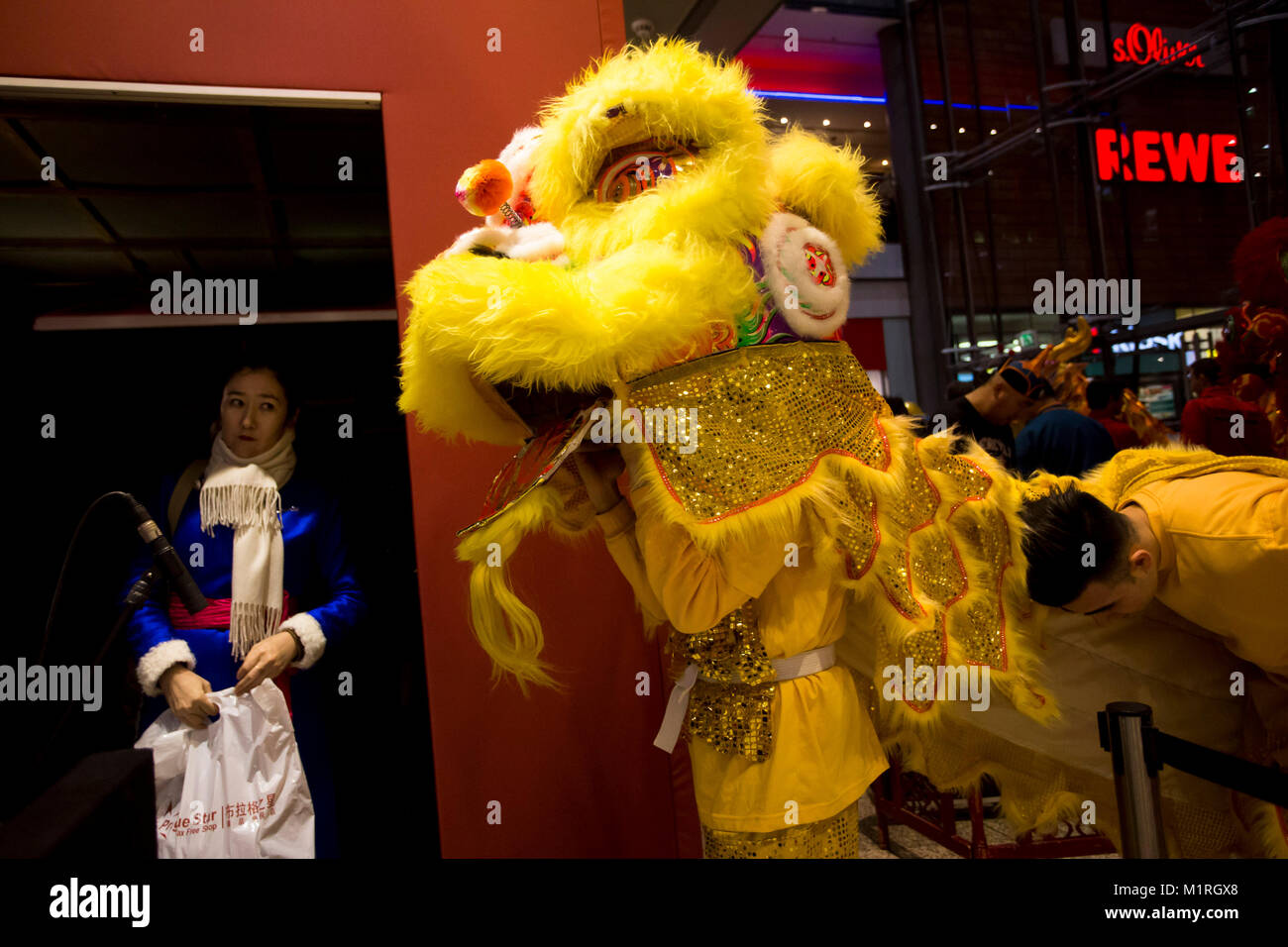 Berlin, Germany. 1st Feb, 2018.  Liondancer before the performance. The chinese new year 2018 is celebrated earlier Stock Photo