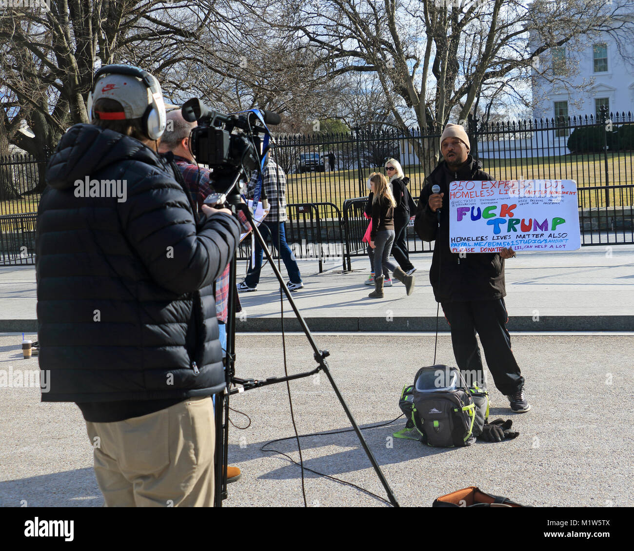 Homeless veteran speaks his mind in front of the white house - Stock Image
