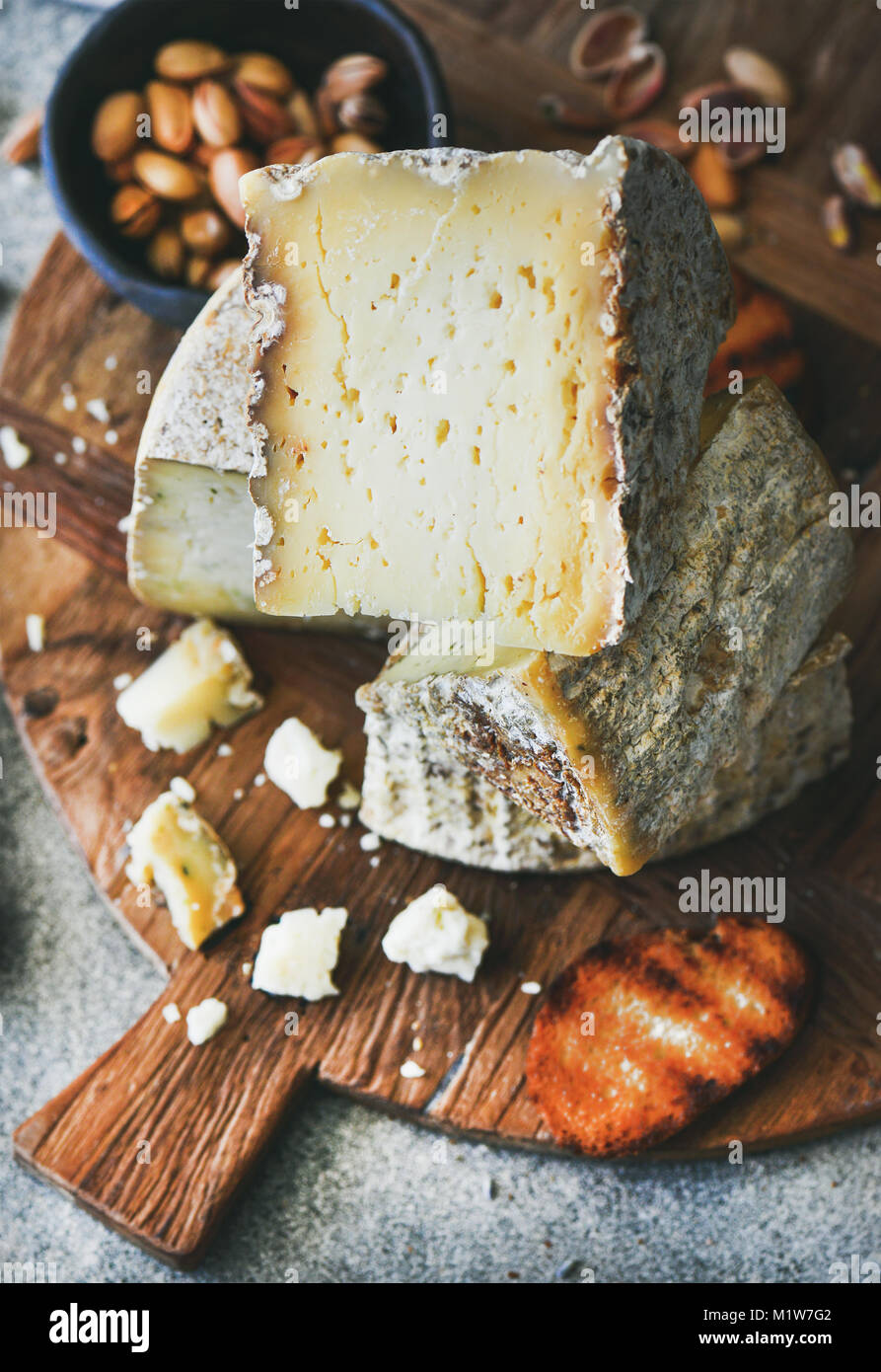 Cheese platter with nuts, honey and bread, close-up - Stock Image