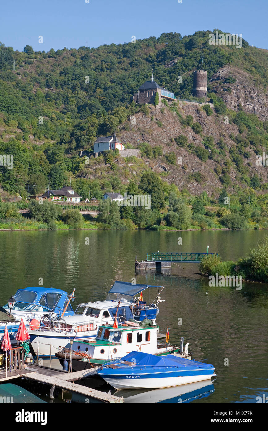 Cabin boats at mooring, spur castle Bischofstein and the chapel Saint Stefphan, Burgen, Moselle river, Rhineland - Stock Image