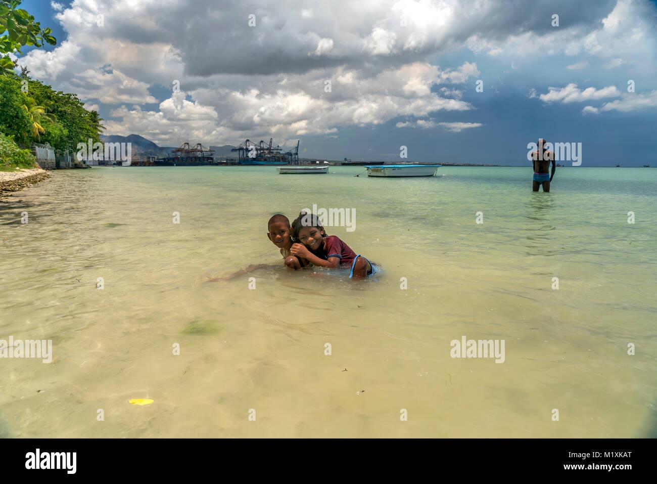 Kinder baden in der Bucht Baie du Tombeau, Tombeau Bay , Mauritius, Afrika,     local children bathing at Baie du - Stock Image