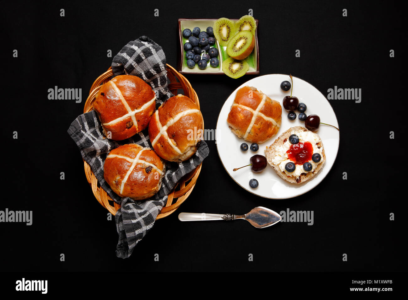 Easter Hot Cross Buns with jam, clotted cream, blueberries and kiwi - Stock Image