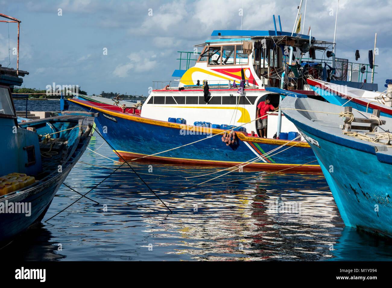 In dem lebendigen Hafen von Malé, der Hauptstadt der Malediven, legen viele Fischer an, um ihren Fang in der - Stock Image