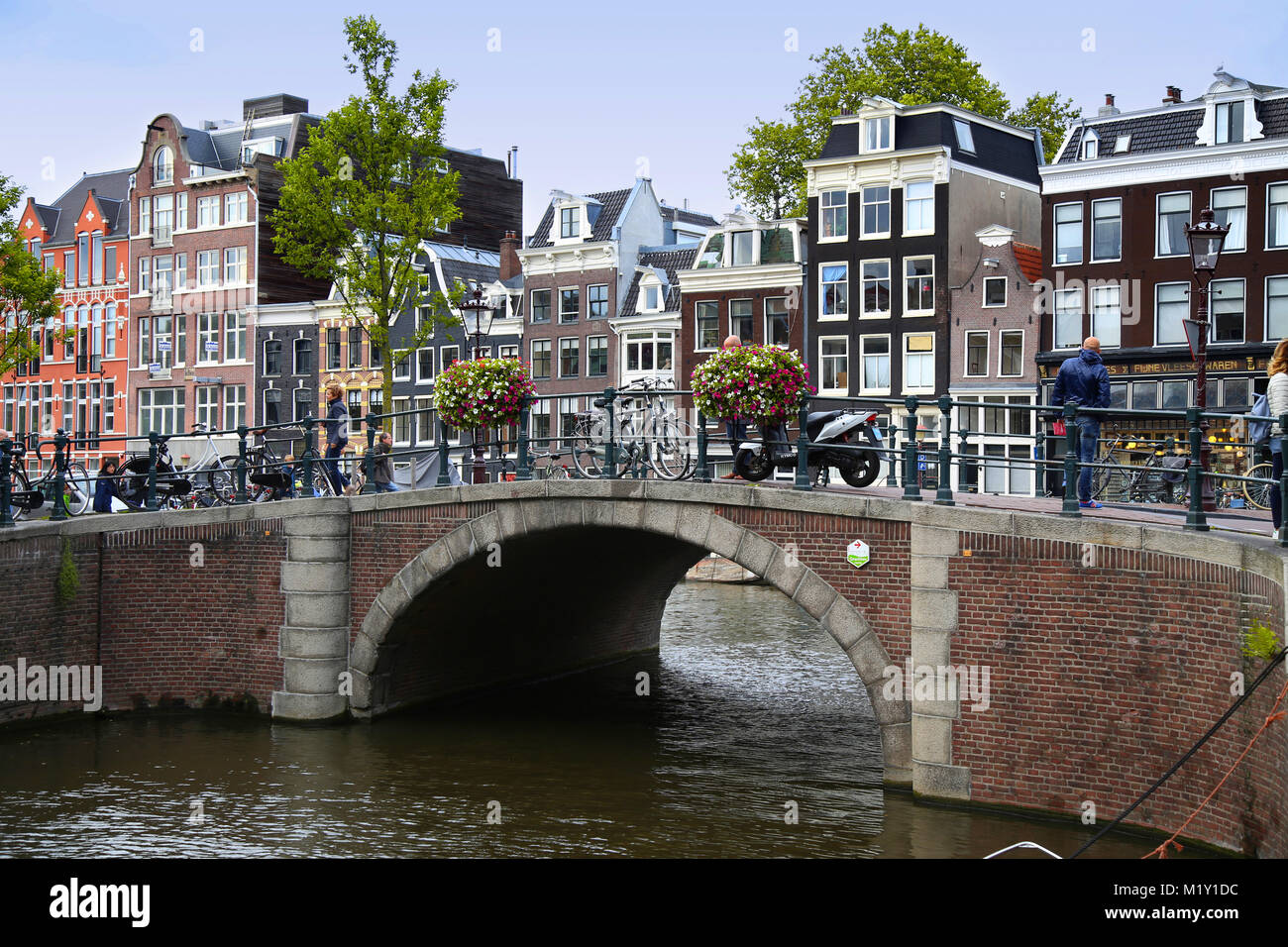 AMSTERDAM, THE NETHERLANDS - AUGUST 18, 2015: View on Prinsengracht from Spiegelgracht. Street life, Canal, pedestrians - Stock Image