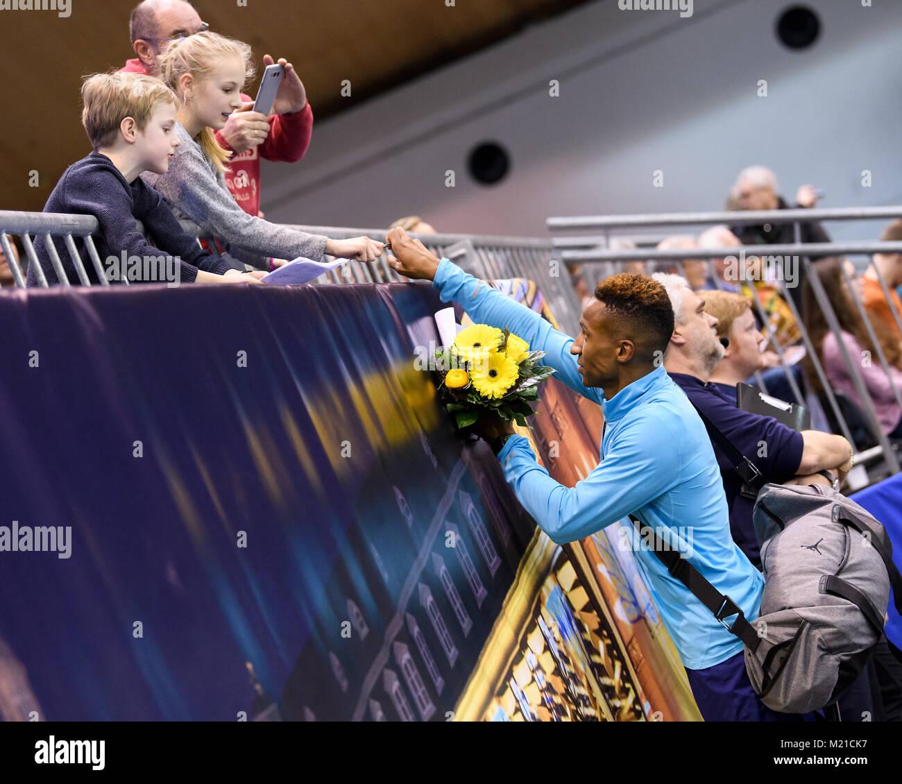 Karlsruhe, Deutschland. 03rd Feb, 2018. Stabhochsprung: Sieger Raphael Holzdeppe (GER) gives Autogramme beim Verlasen - Stock Image