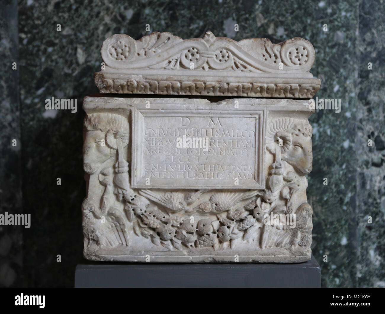A Roman marble cinerary urn inscribed for Gaius Julius Picens, Police soldier. Rome, 70-100  AD. - Stock Image